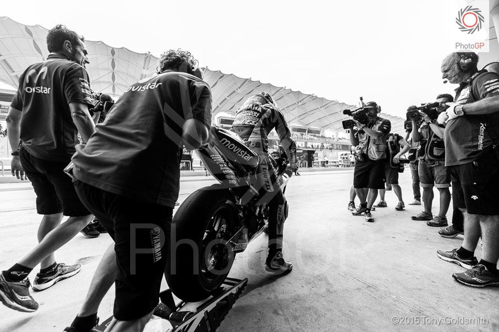 Valentino-Rossi-pit-lane-Sepang-2015-Tony-Goldsmith