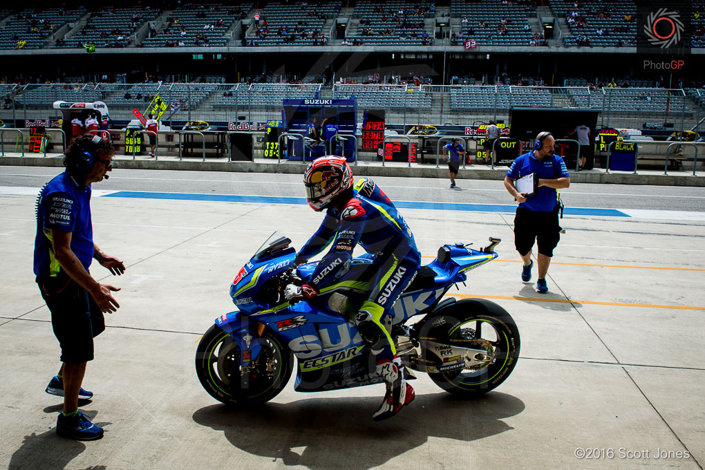 Maverick-VInales-pit-lane-CotA-MotoGP-2016-Friday