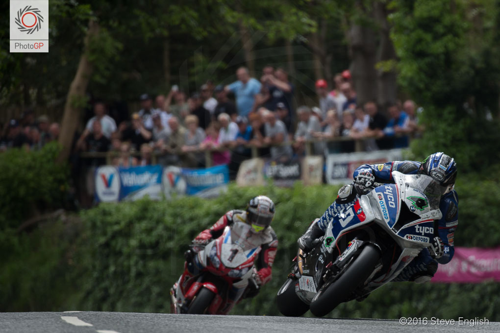 IoMTT-2016-Superbike-race-1-Ian-Hutchinson-John-McGuinness