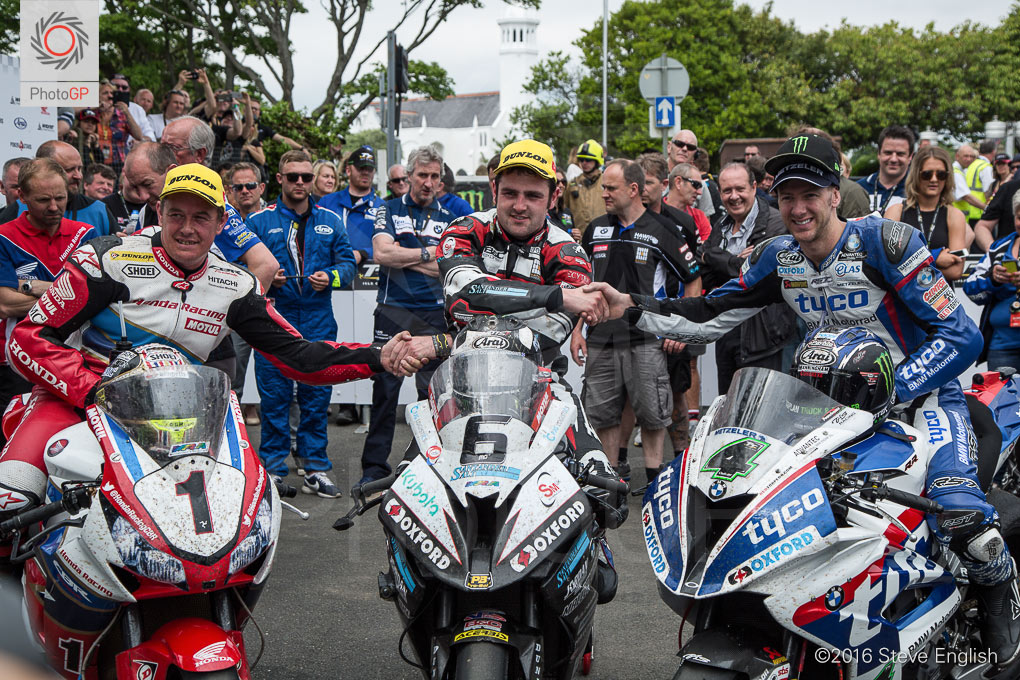 IoMTT-2016-Superbike-race-1-McGuinness-Dunlop-Hutchy