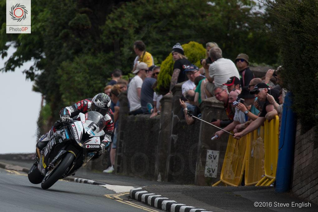 IoMTT-2016-Superbike-race-1-Michael-Dunlop-2
