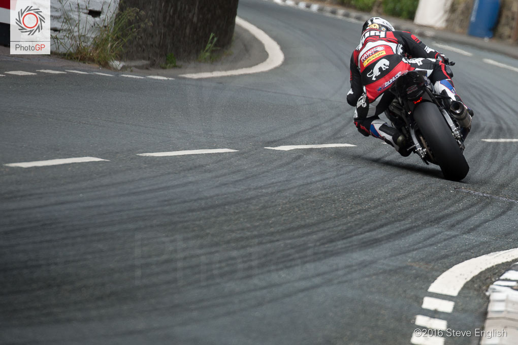 IoMTT-2016-Superbike-race-1-Michael-Dunlop