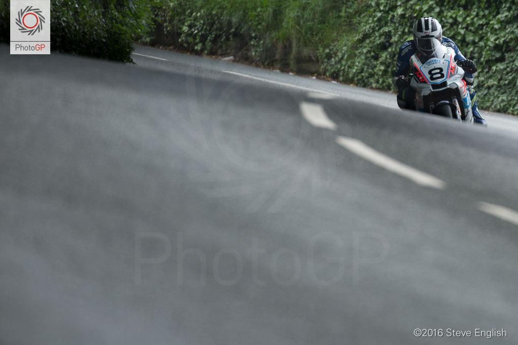 IoMTT-2016-Superbike-race-1-William-Dunlop